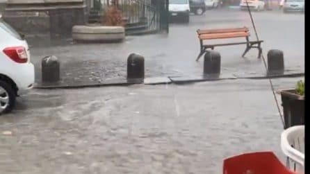 Napoli, bomba d'acqua sulla città: all'improvviso vento e pioggia forte