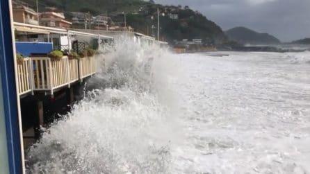 Maltempo, le immagini della forte mareggiata su Genova: l'acqua arriva nelle case