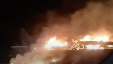 Cade aereo in Ucraina, ci sono morti: le immagini drammatiche