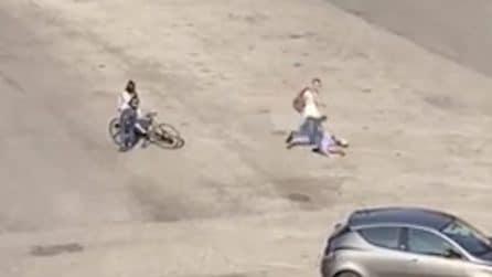 Anziano interviene per proteggere una ragazza: il fidanzato lo picchia brutalmente