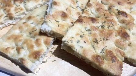 """Focaccia """"senza impasto"""": la ricetta deliziosa da servire al posto del pane"""
