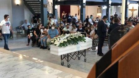 I funerali di Maria Paola Gaglione a Caivano, l'ingresso della bara in chiesa