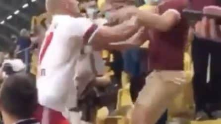 Tifoso lo insulta: calciatore sale sugli spalti e lo aggredisce
