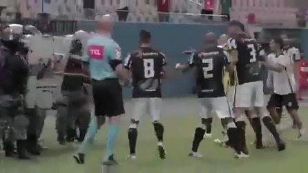 In Brasile lacrimogeni contro i calciatori che protestavano con l'arbitro