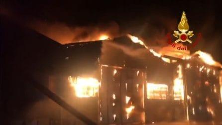 Incendio al porto di Ancona, densa nube si sprigiona dalle fiamme