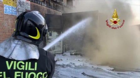 Ancona, i vigili del fuoco spengono l'enorme incendio al porto
