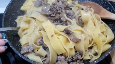 Tagliatelle con funghi e salsiccia: la ricetta del primo piatto squisito