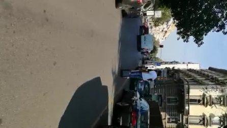 Milano, in due sul monopattino elettrico: il passeggero trascina il trolley sull'asfalto