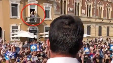 Legnano, Salvini parla dal palco e sul balcone compare il '49' con i palloncini