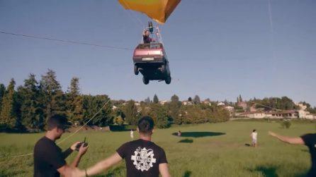 Per festeggiare i 40 anni fanno volare una Panda attaccata a una mongolfiera: ecco la Pandolfiera