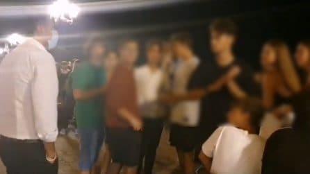 """Bari, il Sindaco in strada parla con i più giovani: """"Mettere la mascherina non è da sfigati"""""""