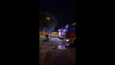 """Enorme incendio in ditta rifiuti ad Aviano: """"State in case e chiudete le finestre"""""""