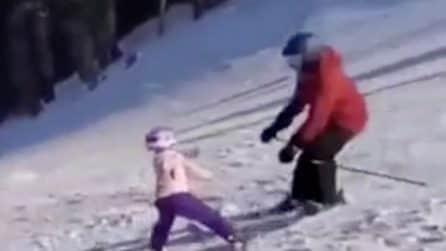 La bimba invade la pista: uno sciatore arriva a tutta velocità e la investe