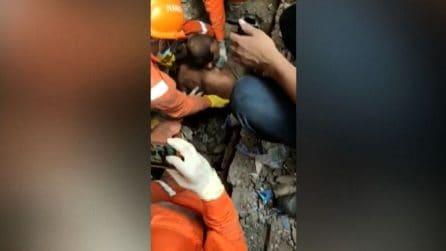 Grida e applausi: uomo estratto vivo dalla macerie in India