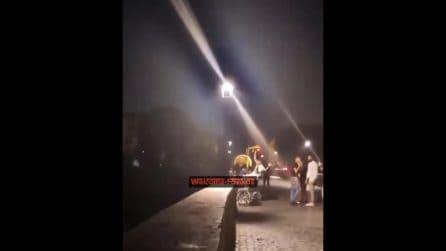 A Roma alcuni ragazzi hanno lanciato un monopattino nel Tevere