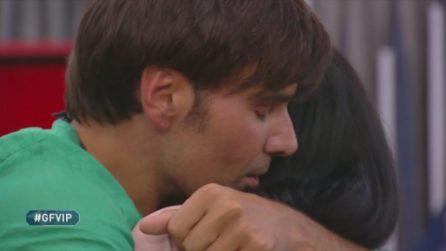 L'abbraccio tra Adua Del Vesco e Massimiliano Morra, poi le accuse di lei