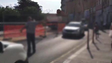 Delirio al Corso Vittorio Emanuele, auto contromano bloccate al centro del cantiere
