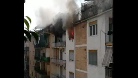 Napoli, incendio in una casa del quartiere Secondigliano