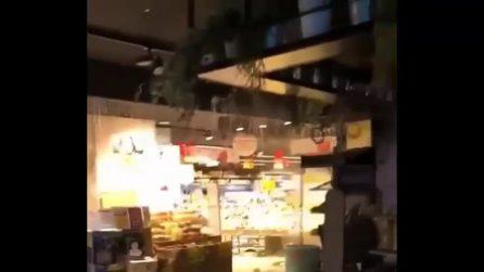 Crolla tetto di un supermercato ad Ardea a causa del nubifragio: dipendenti in fuga