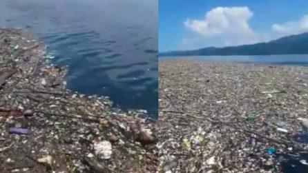 Ondata di spazzatura travolge la spiaggia incontaminata di Omoa in Honduras