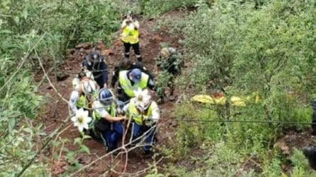 Uomo cade nel vulcano, le immagini del complesso salvataggio