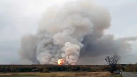 Russia, gigantesca esplosione in un deposito di armi e bombe