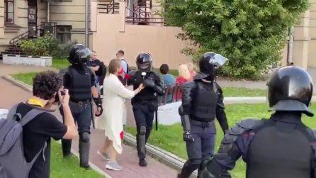 Bielorussia, la polizia prova a fermare la manifestazione: attivista regala fiori agli agenti