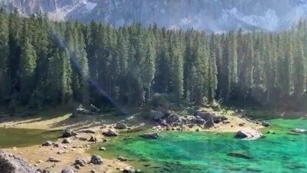 Un lago coloratissimo, incastonato tra gli alberi: questo scenario da favola si trova in Italia