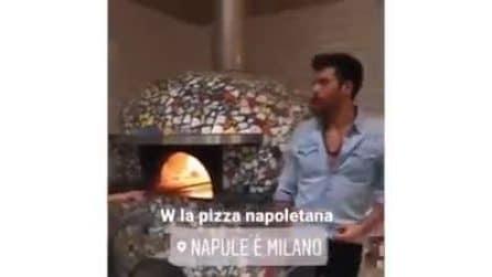 L'attore Can Yaman a Milano: la star turca si concede una pizza