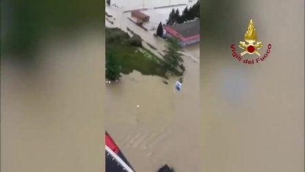 Maltempo in Piemonte, esondazione Sesia: si rifugiano su un camper, salvati dai vigili del Fuoco