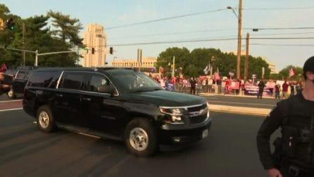 Trump esce dall'ospedale e saluta i fan dall'auto blindata