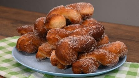 Torciglioni fritti alla cannella: il dolcetto perfetto per l'autunno!