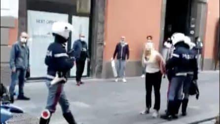 Napoli, rifiuta di mettersi la mascherina e tenta di colpire un poliziotto: portata in Questura