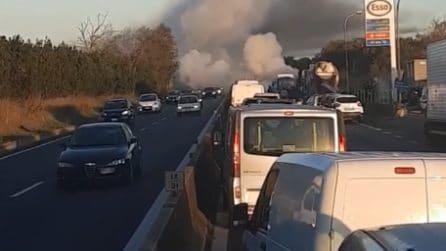 Auto va a fuoco sulla Pontina, chilometri di coda