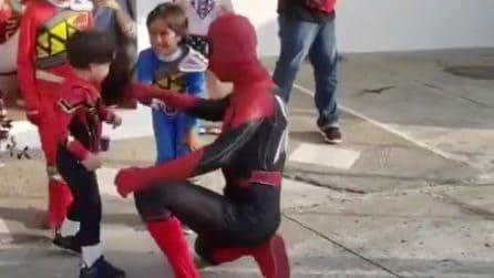 Spider-Man è il suo eroe preferito: quando il piccolo lo vede alla sua festa, non riesce a trattenersi