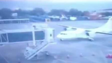 Aereo si schianta contro il pontile di imbarco: le immagini dell'incidente in aeroporto