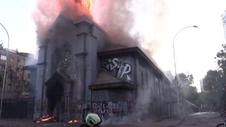 Cile, bruciata una chiesa nell'anniversario della protesta