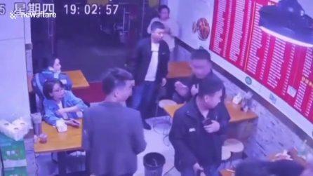 Un gatto cade dal soffitto in un ristorante cinese: la scena spaventa i presenti