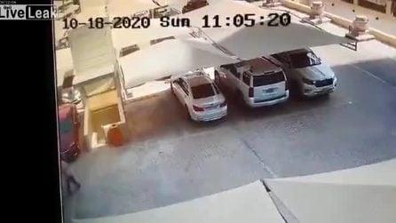 Il parcheggio multipiano crolla all'improvviso e si sgretola in pochi secondi