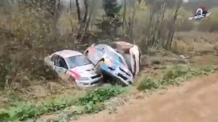 Una curva maledetta: le auto si ammassano una dopo l'altra sul ciglio della strada