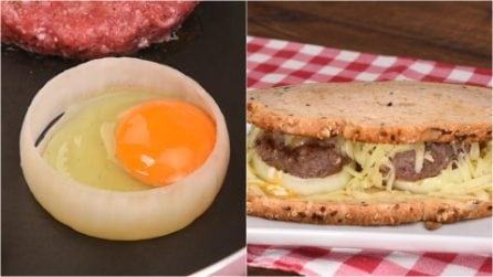 Toast burger, cipolla e uova: la ricetta per una cena facile e sfiziosa!