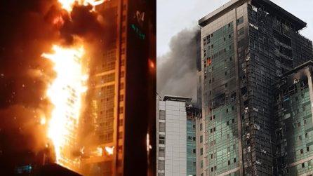 Spaventoso incendio in un condominio di 33 piani: il giorno dopo il grattacielo brucia ancora