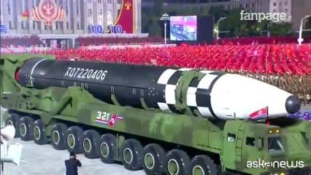 Nordcorea, il supermissile di Kim che svetta in parata