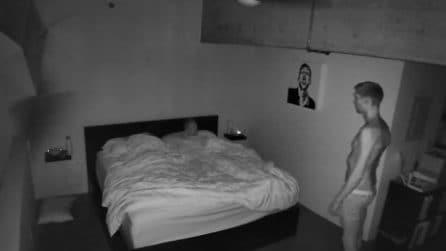 Installa una telecamera in stanza da letto per scoprire cosa fa di notte: la scoperta lo inquieta