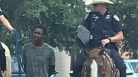 """Polizia a cavallo trascina un uomo """"al guinzaglio"""": proteste e indignazione negli Usa"""