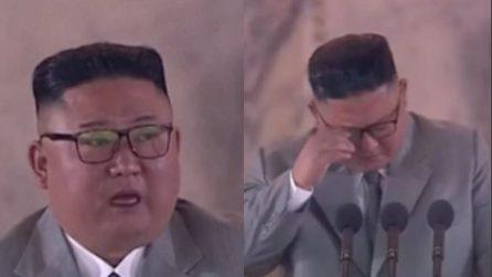 Corea del Nord, Kim Jong un si pente e si scusa per i suoi errori: poi piange