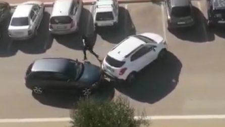 """""""Vi sto filmando"""", la proprietaria dell'auto urla dal balcone mentre i ladri compiono il furto"""