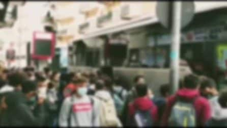 Andria, caos trasporto pubblico: decine di studenti in attesa del bus si accalcano alla fermata