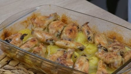 Alette di pollo al forno con patate: il secondo piatto ricco e saporito