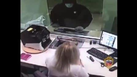 Cassiera della banca fa scappare il ladro che voleva rubare tutti i soldi